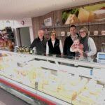 Käsetheke; Regual und Herbert Annen, Elin und Peter Inderbitzin-Annen mit Lena